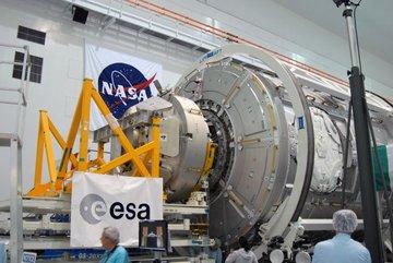 """Proces łączenia modułów """"Tranquility"""" i """"Cupola"""" - przygotowania do misji STS-130 / Credits - NASA"""
