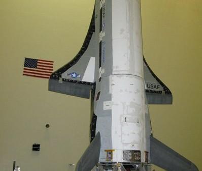 X-37B w zakładach Boeinga w konfiguracji startowej. Credits: U.S. Air Force