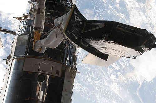 Przenoszenie WFC-2 (misja STS-125, serwisowanie teleskopu Hubble), credits: NASA