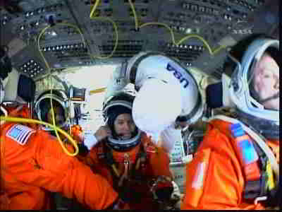 Randy Bresnik zajmuje miejsce na górnym pokładzie wahadłowca, credits: NASA TV
