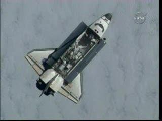Godzina 16:35 - Atlantis widziany z ISS / Credits - NASA TV