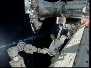 Astronauta Satcher pracujący przy ramieniu SSRMS / Credits - NASA TV