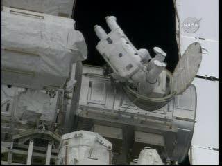 Godzina 17:54 CET - astronauci uzupełniają zapas tlenu w śluzie Quest / Credits - NASA TV
