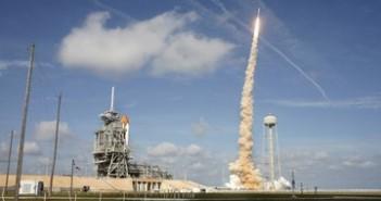 28 października - po lewej wahadłowiec Atlantis, po prawej wzbijający się Ares I-X. / Credits: NASA