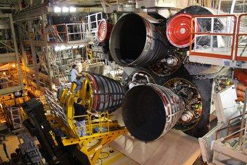 Montaż lewego silnika SSME (NASA)