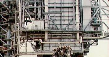 Zdjęcie zdemontowanego silnika nr 2 na stanowisku startowym 39A (JSC/NASA)