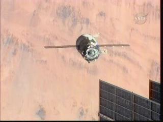 Soyuz TMA-16 zmienia pozycję względem ISS, credits: NASA TV