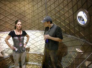 Astronautka Ekspedycji 23 Tracy Caldwell wraz założycielem SpaceX - Elonem Musk w kapsule Dragon / Credits: SpaceX