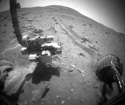 Podgląd z kamery na przód łazika, po lewej dramatycznie zakopane przednie lewe koło / Credits: unmannedspaceflight.com/JPL