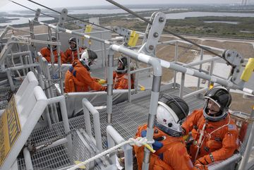 Załoga misji STS-130 podczas treningu ewakuacji ze szczytu stanowiska startowego / Credits: NASA