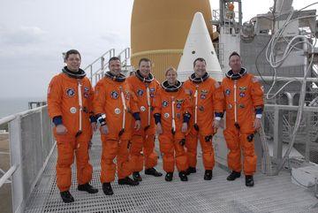 Wspólne zdjęcie na szczycie konstrukcji FSS, w tle pomarańczowy zbiornik główny ET oraz szczyt jednego z boosterow SRB / Credits: NASA