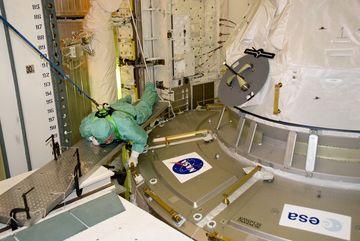 Nicholas Patrick - specjalista misji (będzie jednym z wykonawców spaceru EVA) podczas aktywności zapoznawczych z modułem Tranquility / Credits: NASA