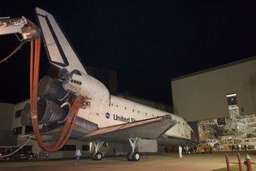 Endeavour na chwilę przed wjazdem do OPF-2. Credits: NASA
