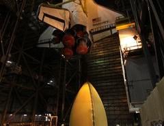Discovery jest opuszczany w celu połączenia ze zbiornikiem zewnętrznym ET-135. Credits: NASA