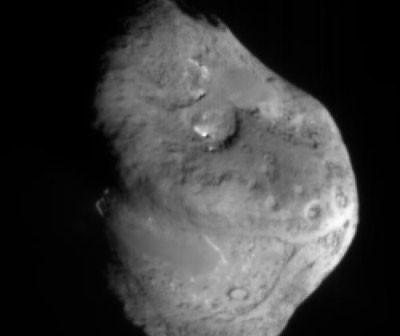 Jądro komety Tempel 1 sfotografowane przez urządzenie celownicze impaktora sondy Deep Impact / Credits - NASA