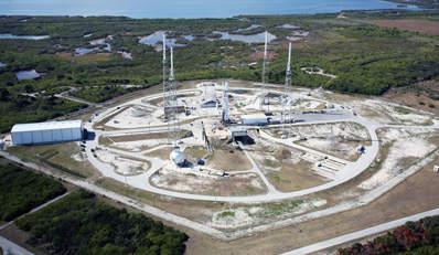 Falcon 9 na stanowisku startowym, (c) SpaceX