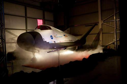Prezentacja makety mini-wahadłowca Dream Chaser - jeden z potencjalnych komercyjnych elementów NASA  Credits: Sierra Nevada Corporation