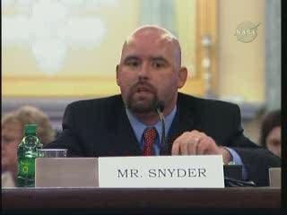 Pan Snyder - inżynier programu wahadłowców / Credits - NASA TV