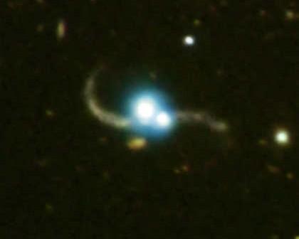Obraz pierwszego odkrytego układu dwóch kwazarów, powiązanych grawitacyjnie, credits: X-ray (NASA/CXC/SAO/P. Green et al.), Optical (Carnegie Obs./Magellan/W.Baade Telescope/J.S.Mulchaey et al.)