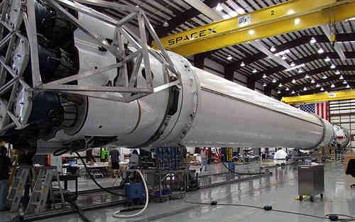 Integracja rakiety Falcon 9 w hangarze SpaceX na Florydzie, credits: SpaceX