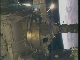 07:17 CET - pokrywa okienka numer 3 testowana / Credits - NASA TV