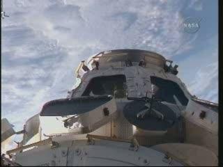 08:51 CET - otwieranie okienek Cupoli / Credits - NASA TV