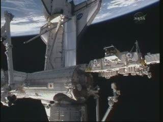 Godzina 23:34 CET - prom (jeszcze) zadokowany do ISS / Credits - NASA