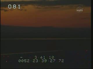 Godzina 00:40 CET - zmierzch nad KSC / Credits - NASA TV