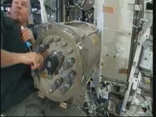 Astronauta Williams (Ekspedycja 22 na ISS) pracuje nad urządzeniem destylującym / Credits - NASA TV