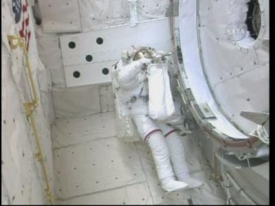 Astronauta Bob Behnken w tylnej części ładowni  Endeavoura zdejmuje okrycia izolacyjne portu CBM nowego modułu  Tranquility / Credits: NasaTv