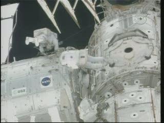 Godzina 09:06 CET - prace nad kablami przy Node 3 / Credits - NASA  TV