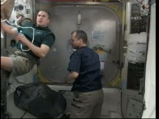 Oczekiwanie na spacerowiczów - moduł Quest / Credits - NASA TV