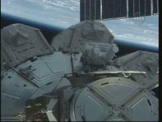 03:29 CET - astronauci opuszczają śluzę Quest / Credits - NASA TV