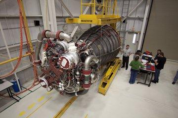 Jeden z trzech silników SSME przygotowywane do przetransportowania do OPF-1 w celu ich instalacji na Atlantisie.  Na zdjęciu dobrze widoczne są dwa okrągłe miejsca (turbopompy niskiego ciśnienia)  do których trafia ciekły wodór i tlen ze zbiornika zewnętrznego. Credits: NASA