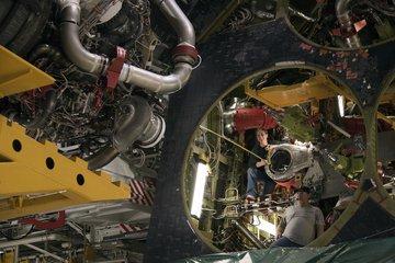 Instalacja silnika nr2. W przedziale napędowym wahadłowca widoczne jest okrągłe złącze przewodu transportującego ciekły wodór do silnika SSME. Analogiczny przewód dla ciekłego tlenu jest niewidoczny na tym zdjęciu. Dodatkowo w głębi widać czerwony przewód przez który tłoczony jest ciekły wodór podczas operacji tankowania/opróżniania zbiornika ET. Credits: NASA