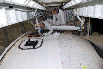 Przygotowania do instalacji okna nr 8. Credits: NASA