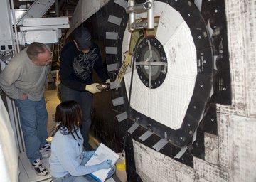 Testy integralności zamknięcia włazu, których wyniki są obliczane na podstawie siły jakiej  potrzeba na wyciągnięcie szarych mylarowych elementów.  Credits: NASA