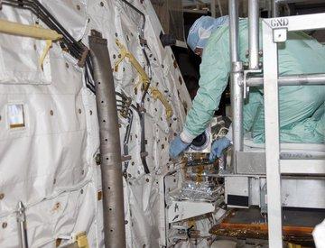 Instalacja kamery w przedniej części ładowni.  To właśnie m.in obraz z tej kamery będziemy mogli podziwiać podczas misji STS-132. Credits: NASA