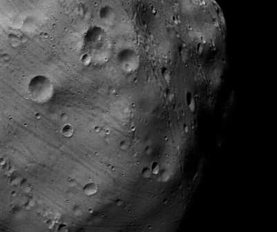 Pierwsze zdjęcie powierzchni Fobosa wykonane podczas przelotu 7-go Marca, credit: ESA/DLR/FU Berlin (G. Neukum)