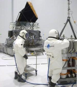 W chwili obecnej tankowanie paliwa do zbiorników satelitów wymaga od personelu zakładania specjalnych kombinezonów ochronnych / Credits: spacefellowship.com
