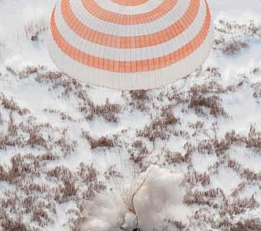 Kapsuła powrotna Soyuza TMA-16 na chwilę przed przyziemieniem, credit: NASA