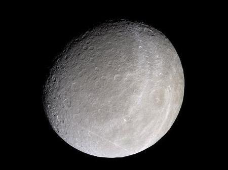 Księżyc Saturna Rea; widoczne zespoły kraterów uderzeniowych (NASA)