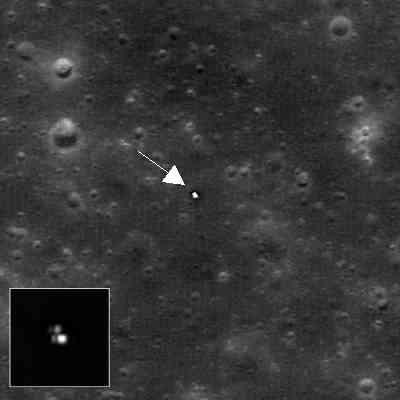 Łunochod 2 na powierzchni Srebrnego Globu; widoczne również jego ślady (w rogu zamieszczone powiększenie pojazdu opracowane w sposób wydobywający szczegóły powierzchni; jasne odbicie prawdopodobnie pochodzi z uchylnej pokrywy wyposażonej w zestaw ogniw słonecznych) (NASA/GSFC/Arizona State University)