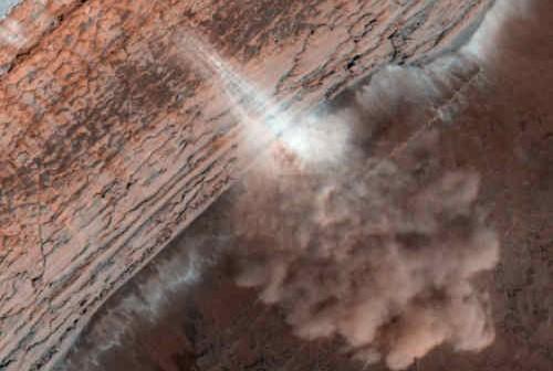 Lawina zaobserwowana w podbiegunowym rejonie Marsa w styczniu bieżącego roku, credit: NASA/JPL/University of Arizona