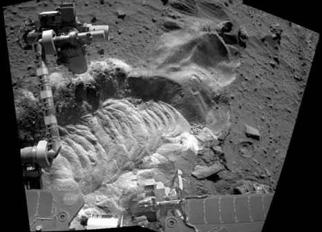 Zdjęcie z kamery łazika przedstawiające luźny materiał, credit: NASA/JPL/Cornell