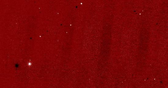 Obraz będący złożeniem dwóch zdjęć wykonanych przez WISE, pokazujący tylko te elementy, które występują na pojedynczym zdjęciu - czarne dla zdjęcia numer 1 oraz białe dla zdjęcia numer 2. Ponieważ obiekty te przemieszczają się w krótkim czasie, to na obu zdjęciach 'przeskakują' zmieniając swoją pozycję względem gwiazd. Większość pozostałych punktów, widocznych na powyższym złożeniu to asteroidy (WISE website, kosmonauta.net)