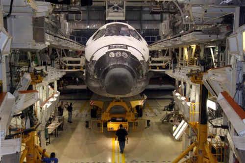 Prom Atlantis w  Zatoce #1, Orbiter Processing Facility (NASA/Jack Pfaller)