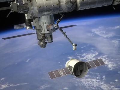 Kapsuła Dragon zbliża się do ISS w locie zaopatrzeniowym (wizja  artystyczna) / Credits - SpaceX