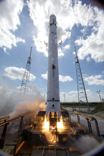 Rakieta Falcon-9 na wyrzutni startowej podczas trwania testu, credit: Chris Thompson/SpaceX
