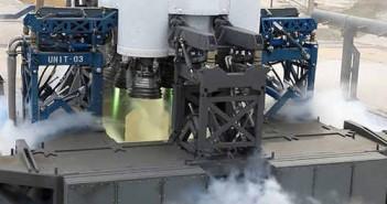 Sekcja napędowa rakiety Falcon-9 na T-2 sekundy przed startem, widoczne płomienie systemu zapłonowego, credits: SpaceX